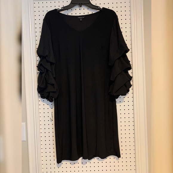 Tops - Black tunic with detailed sleeve